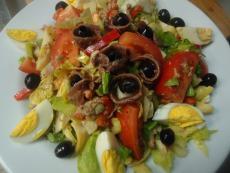 Зелена салата с домати, туна и артишок