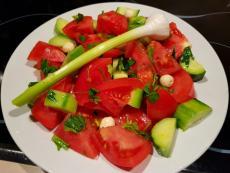 Доматена салата с чесън и семена лотус