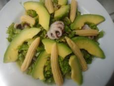 Зелена салата с авокадо
