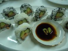 Обърнати ролки суши със сьомга