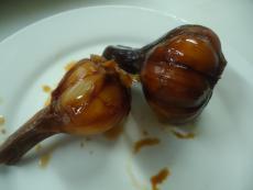 Кафяв маринован чесън
